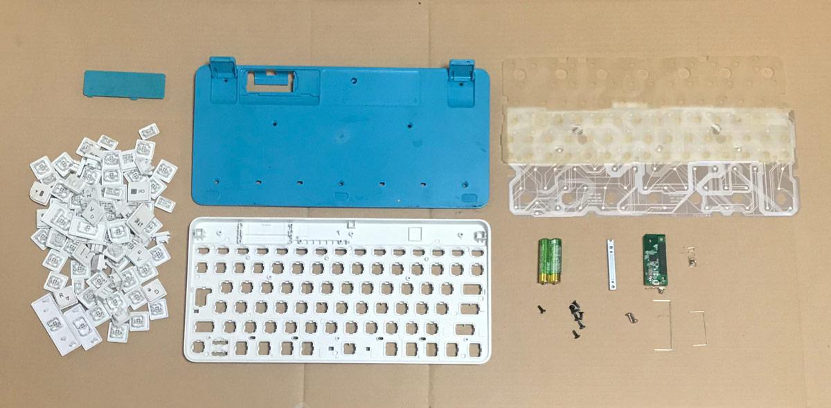 分解したキーボードの全ての部品