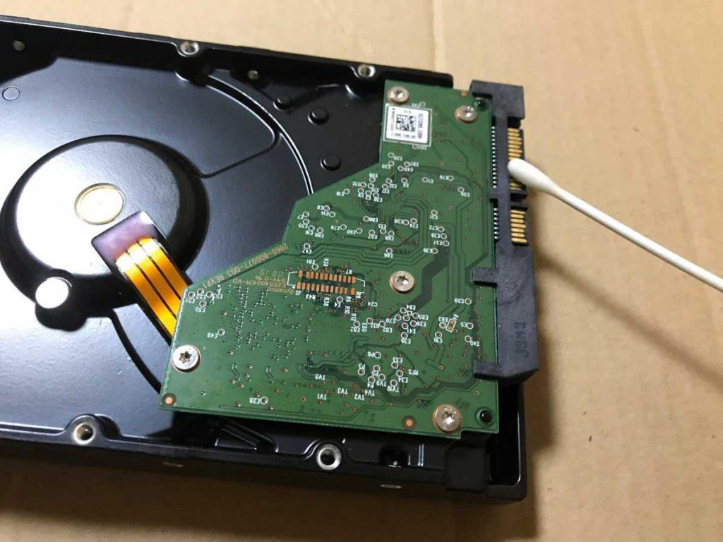 コンタクトスプレーを吹きかけた綿棒でHDDのコネクタを洗浄
